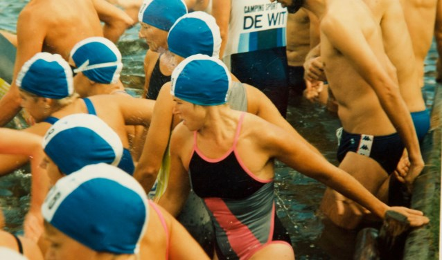 Triathlon Rosmalen: finish in Rosmalen (1985) en start bij het zwemmen (1986)Foto: Freek Jansen