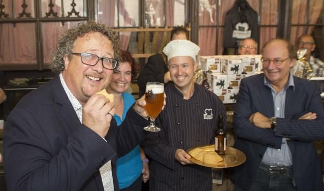 Aan Bosschenaar Hans Tervoort de eer om als een van de eersten te proeven van de 'Bossche lulkoek'. Foto: Niek Geneuglijk
