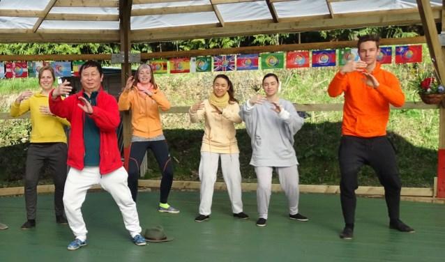 Linda Saanen (in gele trui) tijdens één van de lessen
