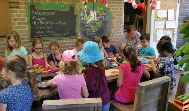 Rondom de patio worden nu en in de toekomst activiteiten georganiseerd voor buurtbewoners, zoals hier aardbeienjam wordt gemaakt tijdens de kindertuin