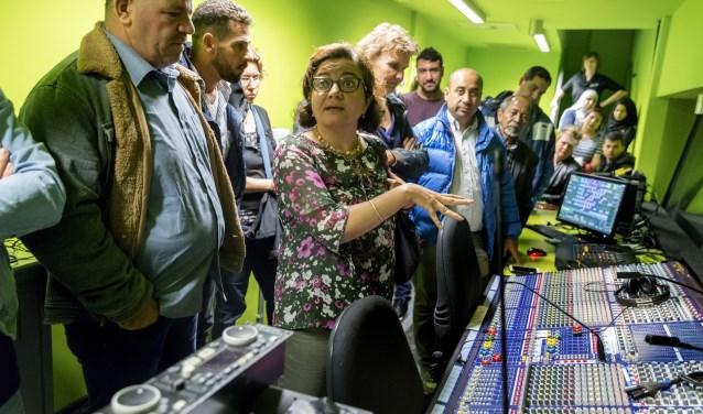 Er is veel belangstelling voor de techniekruimte tijdens de rondleiding in Perron-3