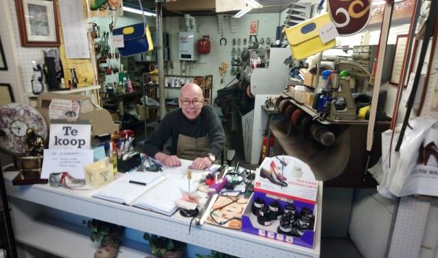 Jan van de Nieuwenhuijzen is weer aan het werk in zijn schoenmakerij