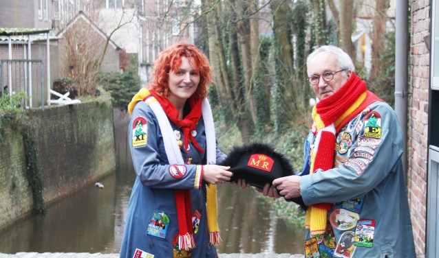 Ton van Stiphout draagt na het komende Oeteldonkse carnaval zijn ministersteek over aan dochter Sabine. Foto: Gérard van Kessel