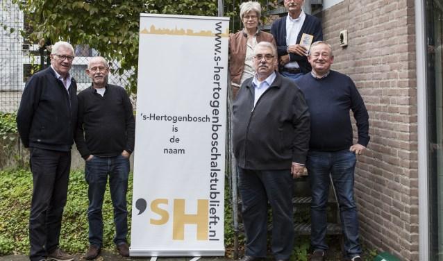 Enkele leden van het genootschap met Frans Bolder (tweede van rechts) en Henk van Vught (rechts). Foto: Michel van de Langenberg.