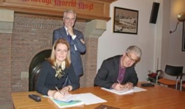 Jan Kelders achter Katja Kelders en wethouder Mart van der Poel