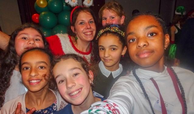 Een selfie met de Kids Reporters West en Inge Hendriks van de Gefeliciflapstaartbox