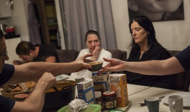 Aan de keukentafel onder het eten wordt van alles besproken Foto: Michel van de Langenberg
