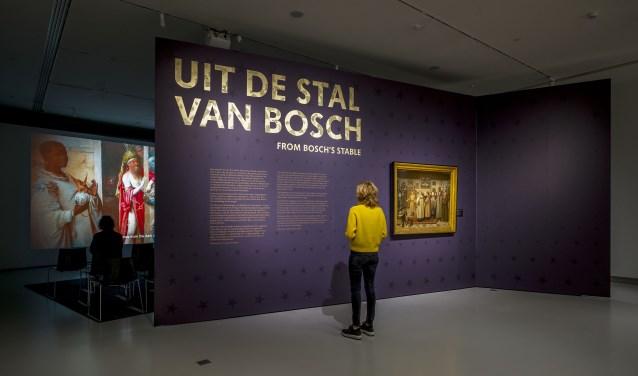 Het drieluik De Aanbidding der koningen uit het Prado in Madrid is in de expositie o.a. te zien in een film (nog net zichtbaar op de achtergrond).  Foto: Joep Jacobs.