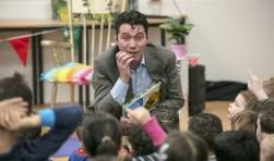 Wethouder Eric Logister las tijdens de Nationale Voorleesdagen voor aan kinderen van Kindcentrum De KameleonFoto: Sandra Peerenboom
