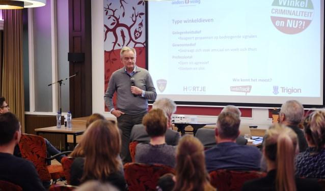 Bart Gosselink van Anders Veilig geeft uitleg hoe te moeten handelen bijcalamiteiten in de winkel. Foto: Henk van Esch