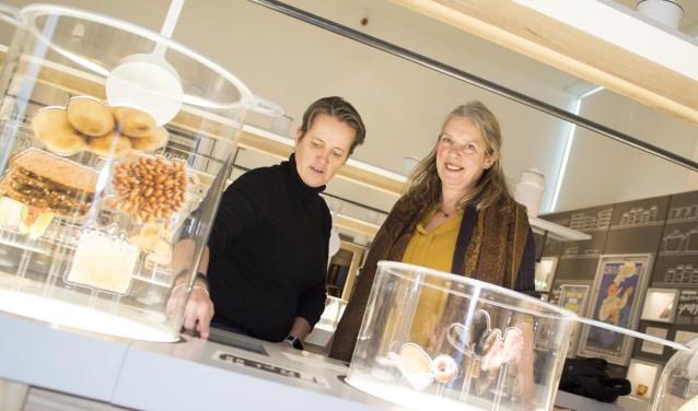 Brigitte de Kok (NM Kamp Vught) en Marian Peters (Lionsclub Vught) in de expositie 'Eten in oorlogstijd'. Foto: Niek Geneuglijk