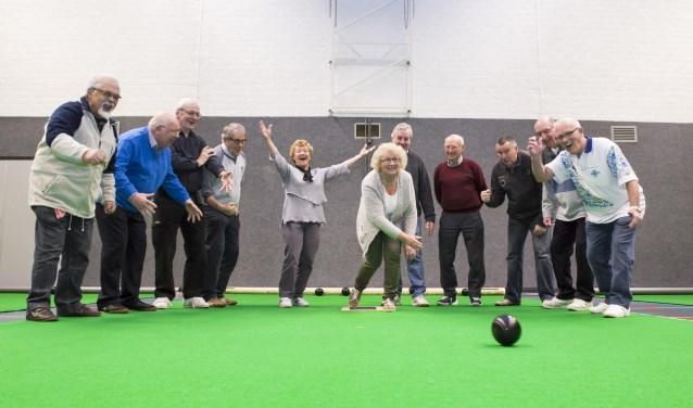 Sportieve actie bij indoor bowlsclub Toucher op de dinsdagochtend. Foto: Niek Geneuglijk