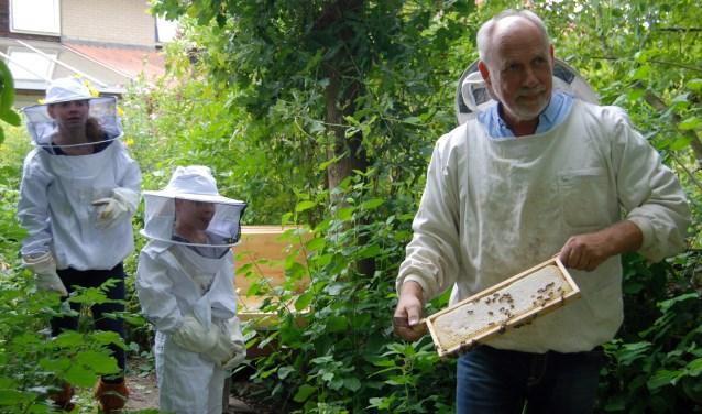Thomas Freitag vertelt enthousiast over bijen aan kinderen die op bezoek komen in de imkerij