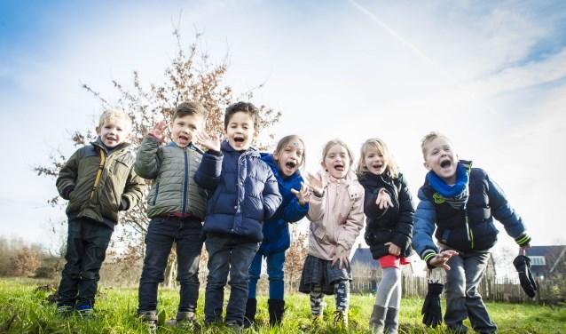Leerlingen van kindcentrum De Vlindertuin zien een groen schoolplein wel zitten! Foto: Niek Geneuglijk