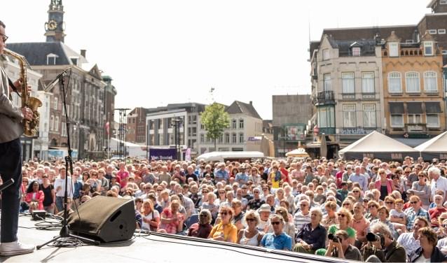 Dit jaar een nog groter podium op de Markt voor jazznamen in de sfeer van vocal en akoestische jazz en wereldmuziek.  Foto: Luc Teurlings