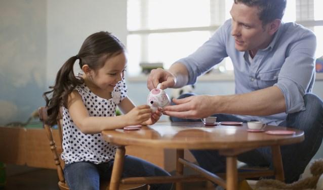 Vader en dochter samen aan de koffie