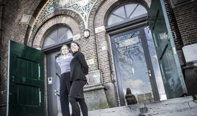 Fiona Reinaerts en Karlijn van Ballegooien voor de watertoren. Foto: Niek Geneuglijk