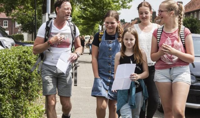 Henk Murraij samen met enkele leerlingen van Gymnasium Bernrode. Foto: Michel van de Langenberg