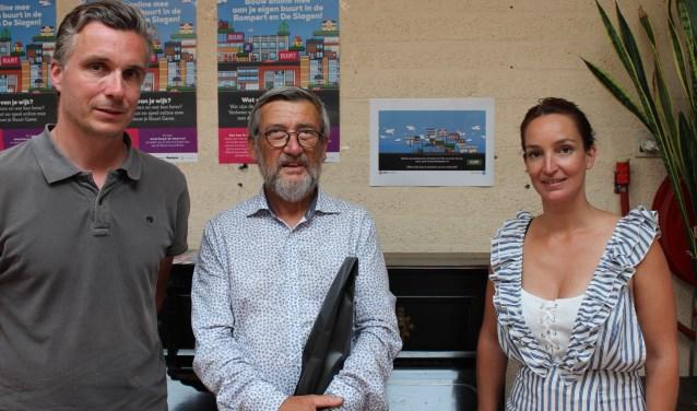 Eugène Goossens (72) (midden) neemt zijn prijs in ontvangst uit handen van initiatiefnemers Tessa Peters en Rolf van Boxmeer
