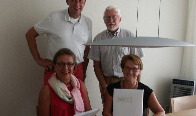 Willemien (links) en Anny (rechts) tijdens de ondertekening van de oprichtingsakte en twee bestuursleden Ton Huisman (links) en secretaris Wout van Son (rechts).