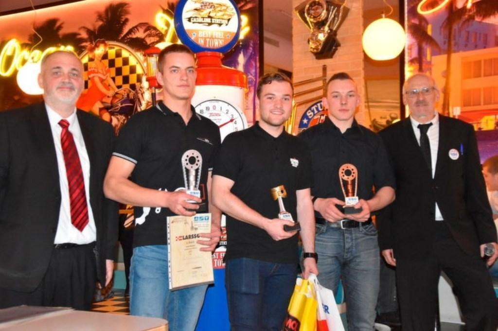 Nick Woppenkamp (midden) wint Europees kampioenschap motortechniek.  © bosscheomroep.nl