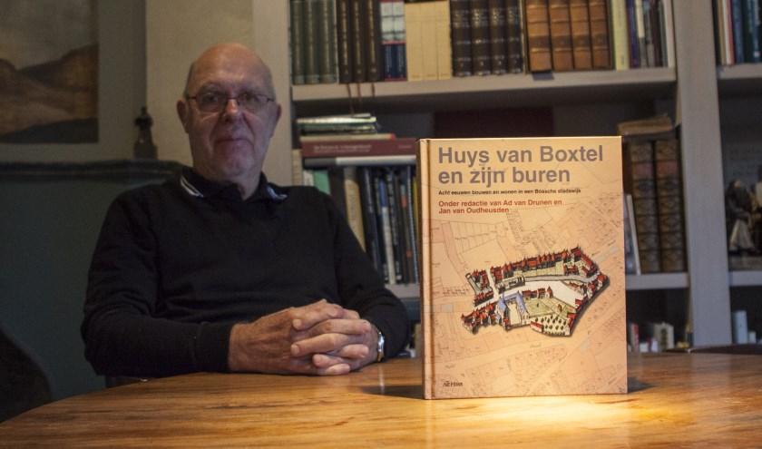 Ton Meulman besloot zes jaar geleden om het verhaal van zijn bijzondere huis en diens bewoners in een boek vast te leggen. Foto: Michel van de Langenberg