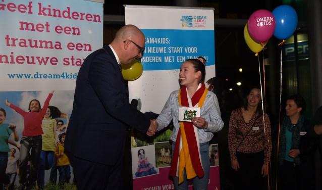 Burgemeester Jack Mikkers benoemt Florien Sleutjes tot officieuze kinderburgemeester. Foto: Henk van Esch