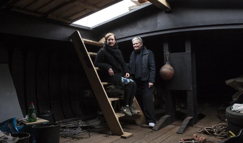 Monique Broekman en Alexandra van Dongen op de tjalk waar het allemaal moet gaan gebeuren. Foto: Michel van de Langenberg