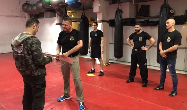 Ton van Leusden onderging onder toeziend oog van collega's een van de zwaarste examens in zelfverdedigingstechnieken ter wereld, het Krav Maga Expert Level 4