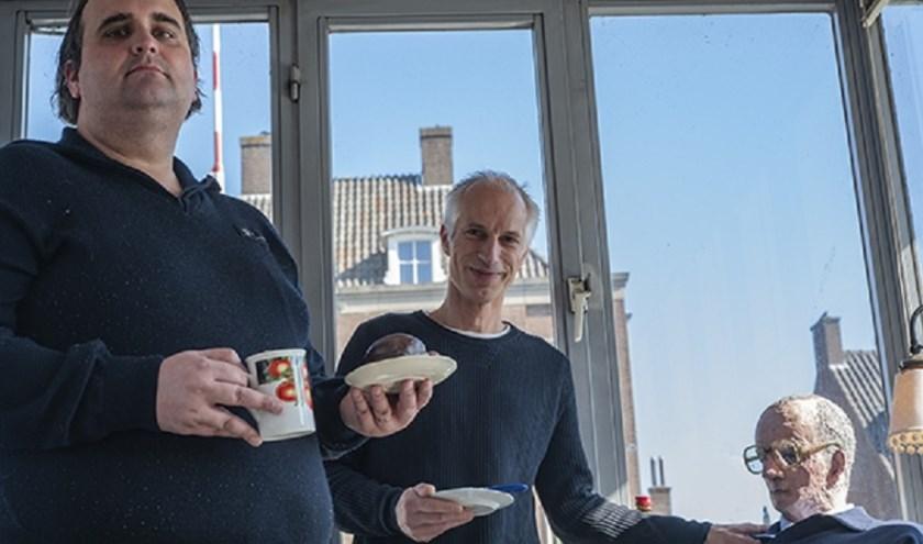 Robert Hafkenscheid (manager beheer & onderhoud) en Wesley Libregts (sluismeester) van de gemeente 's-Hertogenbosch hebben hun nieuwe collega verwelkomd met Bossche Bollen, Foto: Peer Reede