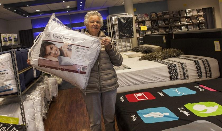 Een tevreden klant toont haar net gekochte kussen in de showroom. Foto: Michel van de Langenberg