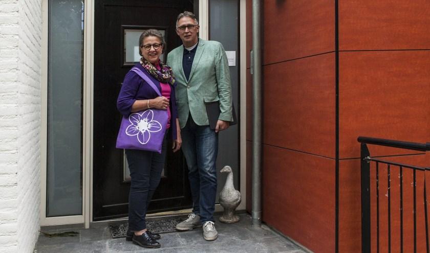 Willemien Mommersteeg-Willekens en Ton Huisman voor de ingang van de hospice. Foto: Michel van de Langenberg