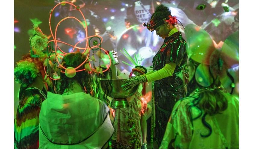 Een scene uit de voorstelling Party Dialogues. Foto: Moon Saris
