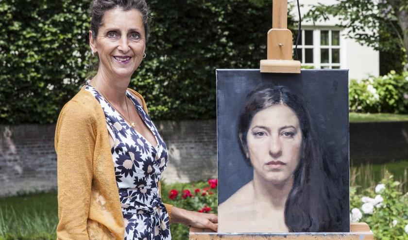 Erna van Lith met een van haar andere portretten. Foto: Michel van de Langenberg