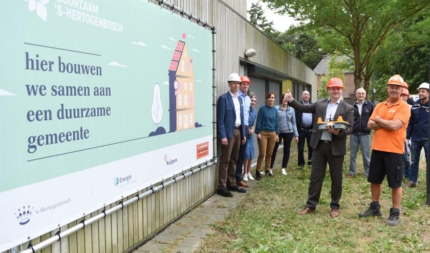 Wethouder Roy Geers geeft het startschot voor de bouwwerkzaamheden bij kindercluster De Meerlaer in Rosmalen. Foto: Henk van Esch