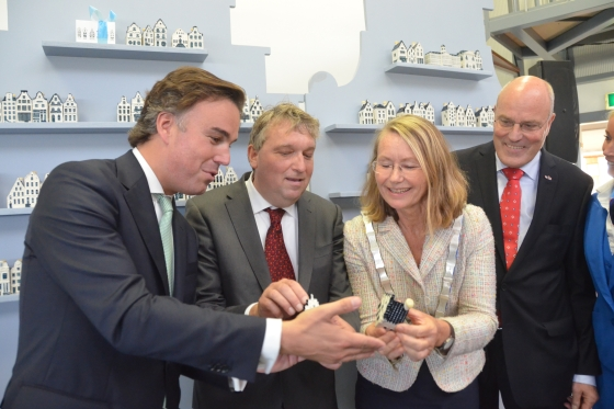 Camiel Eurlings, Martin Fröberg, Francine Giskes en Peter Hartman met het KLM-huisje.