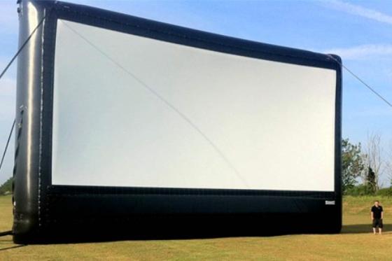 Een scherm zoals dit zal op Vliegveld Texel worden geplaatst. (Bron www.outdoorcinema.nl)