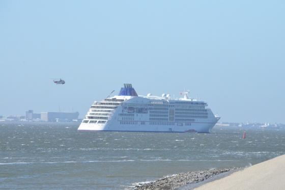 Cruiseschip 'Europa 2' zaterdag op de Rede van Texel.