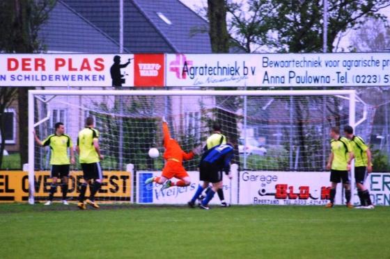Yordi Marquez schiet 1-1 achter Alexander Smit.  © Mediabureau Langeveld & De Rooy