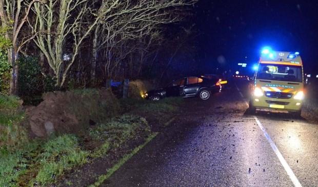 De ambulance staat bij de auto die in de greppel ligt. (Foto Texelphoto)