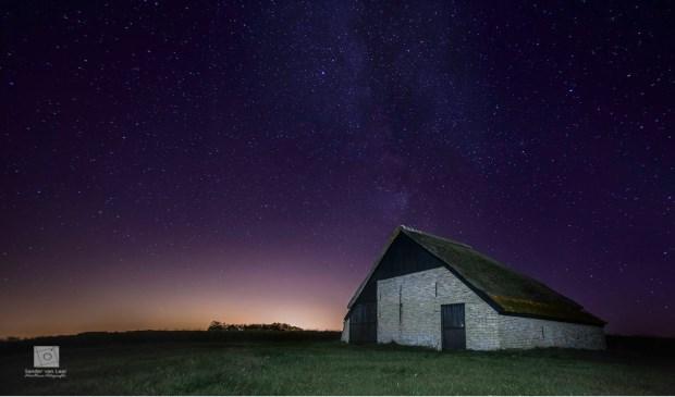 """""""De schapenboet met de sterrenhemel aan de bovenzijde en het verstrooide licht van Den Helder."""" Foto: Sander van Laar."""