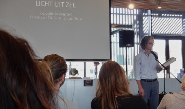 Goossen Karssenberg draagt een gedicht van Lucebert voor tijdens de opening  © Mediabureau Langeveld & De Rooy