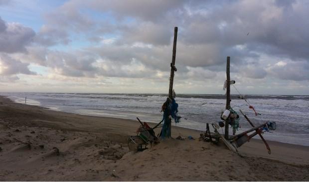 """""""Strand Paal 15 op de ochtend van 18 november. Het verzamelde vuil lijkt met dit hoge water op een aangespoeld schip"""", schrijft Thalia Houwing uit Den Burg."""