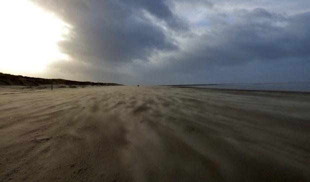 Storm zorgt voor mooie beelden op het strand. Foto: Jitty Leyen