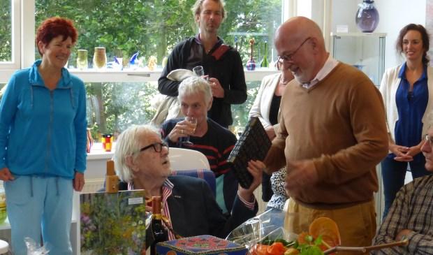 Toon de Haas (zittend), hier vorig jaar, tijdens de tentoonstelling in 't Drijverhuus, toen hij van Herman Bakker een boek ontving.