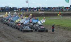 De stockcars aan de start voor de finale. Het werd chaos.