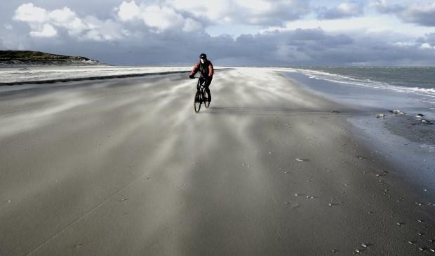"""Eenzame fietser op winters strand bij paal 33."""" Foto: Jan Hovestreijdt uit Den Burg."""