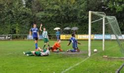 Fotoqie Camara  scoort voor SV De Koog.  (Foto Willem Sangers)