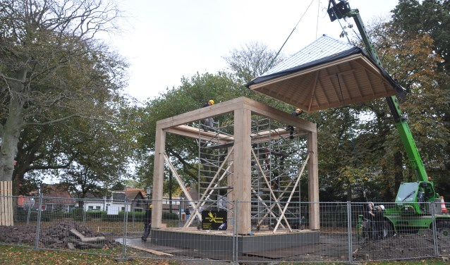 Het dak wordt op het nieuwe podium gehesen.
