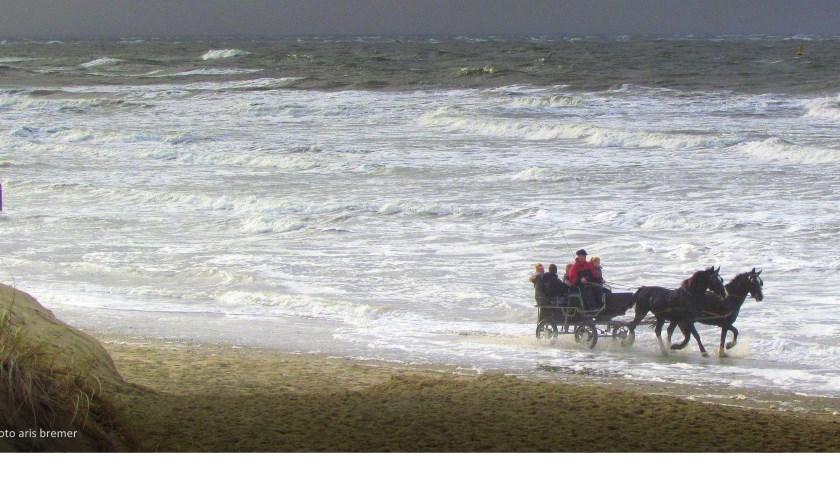 Paard en wagen door het water bij Paal 9.